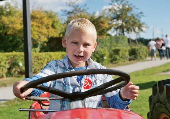 """En liten kille som kör en """"lådbill"""""""