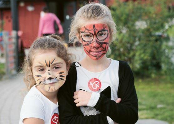 Två unga tjejer som har varsin ansiktsmålning
