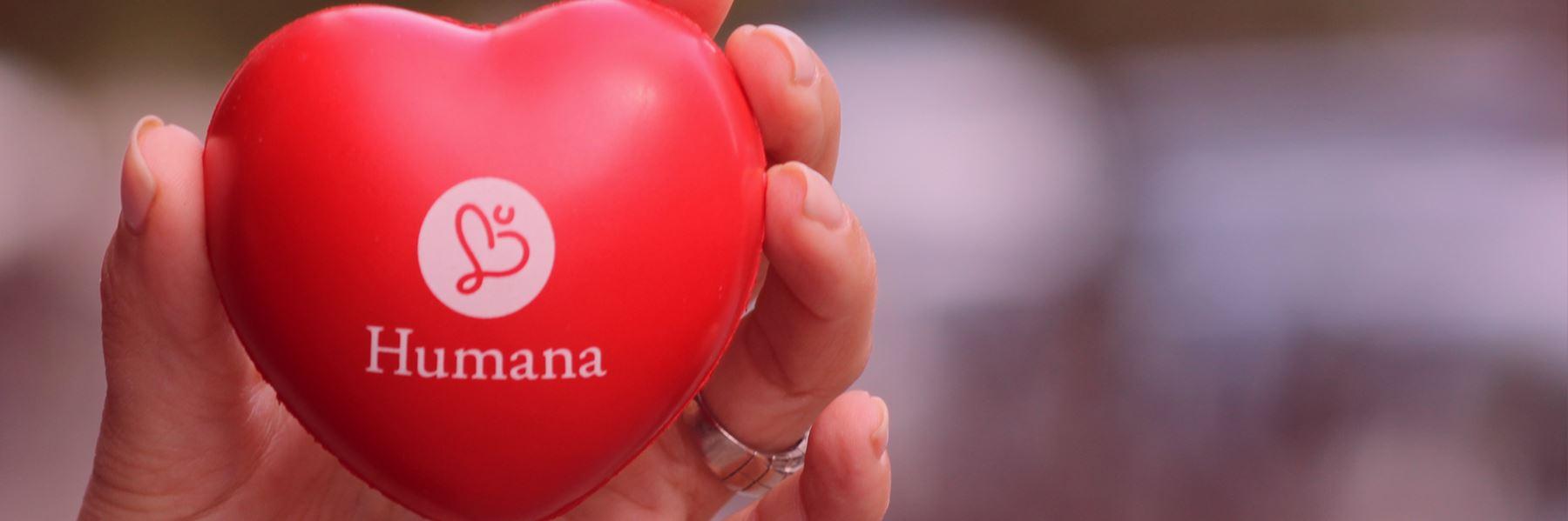 Ett rött hjärta med Humanas logga på