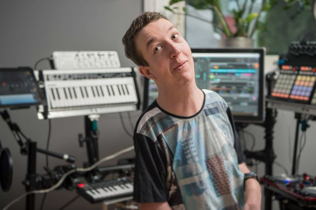 En av Humanas kunder sitter i en musikstudio